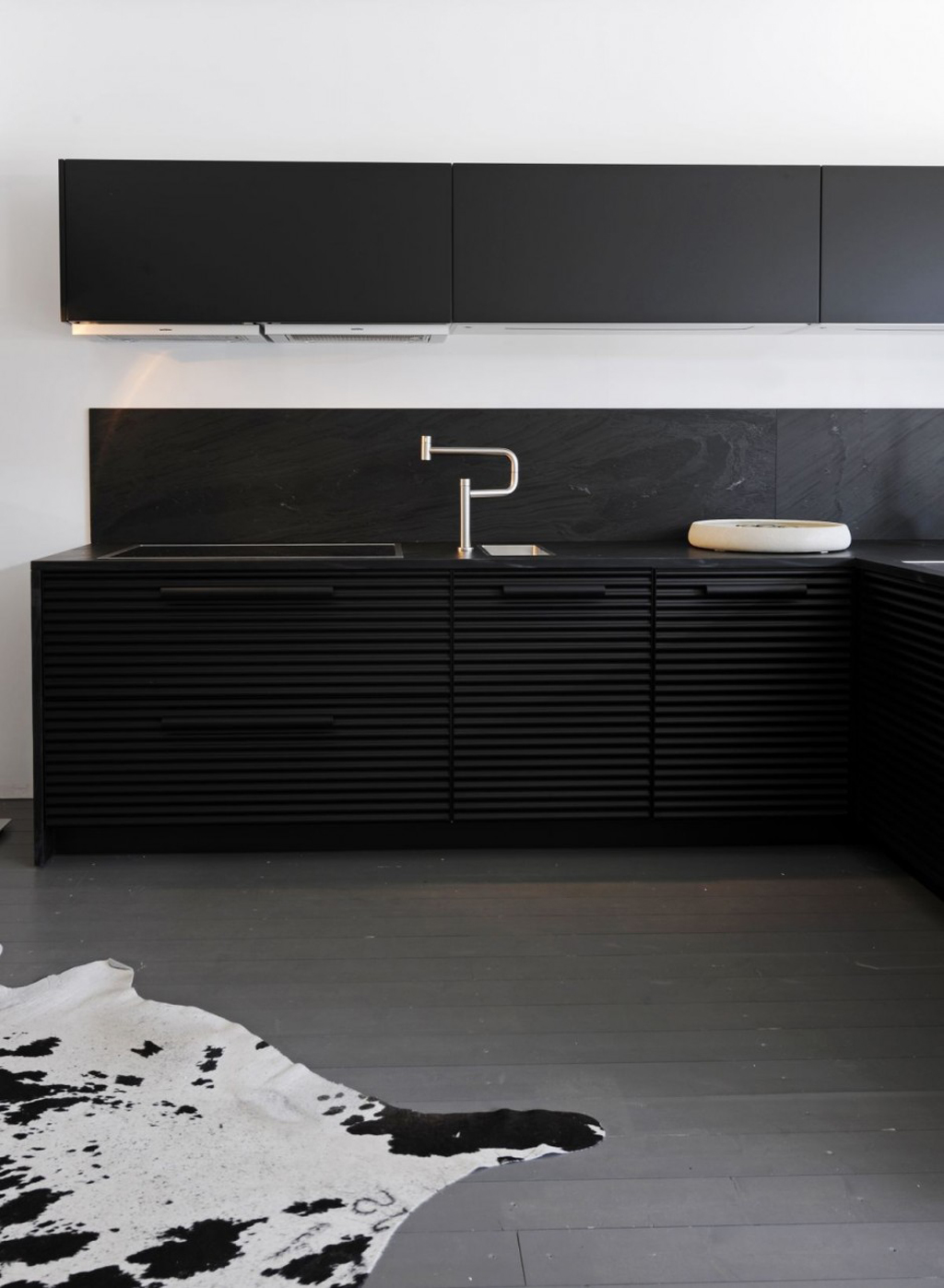 minimalist black kitchen cabinet Iroonie